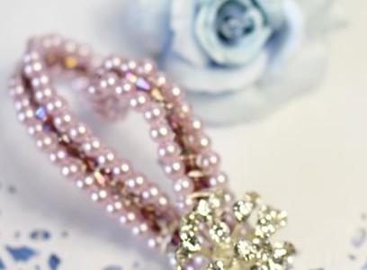 ピンクのブローチ